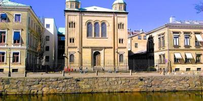 Gothenburg's main synagogue in front of a canal.