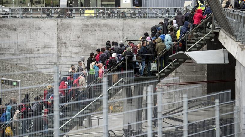 Ankommande flyktingar står i kö upp för en trappa vid Hyllie station i Malmö hösten 2015.